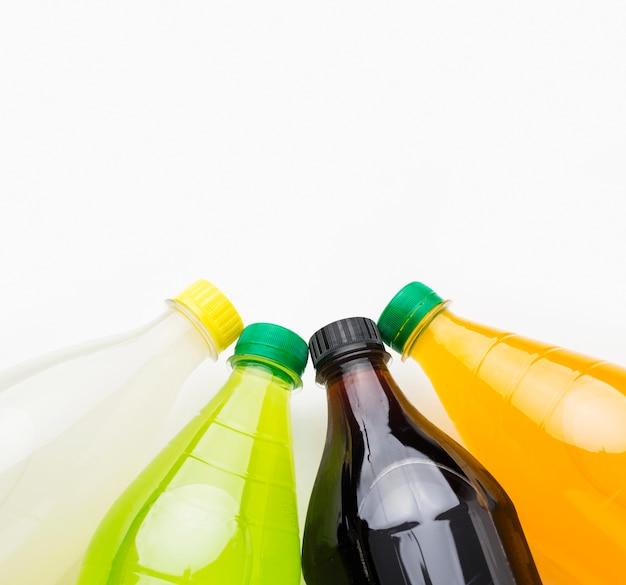 Vista superior de garrafas de refrigerante com espaço de cópia