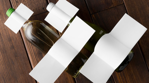 Vista superior de garrafas de vinho com rótulos em branco