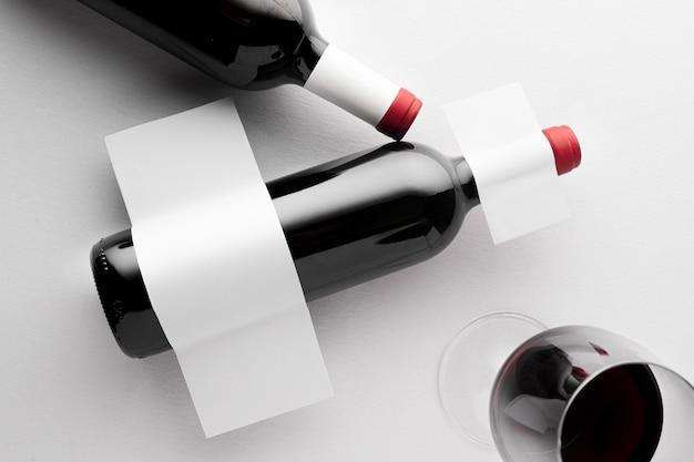 Vista superior de garrafas de vinho translúcidas com rótulos em branco