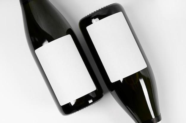 Vista superior de garrafas em fundo branco