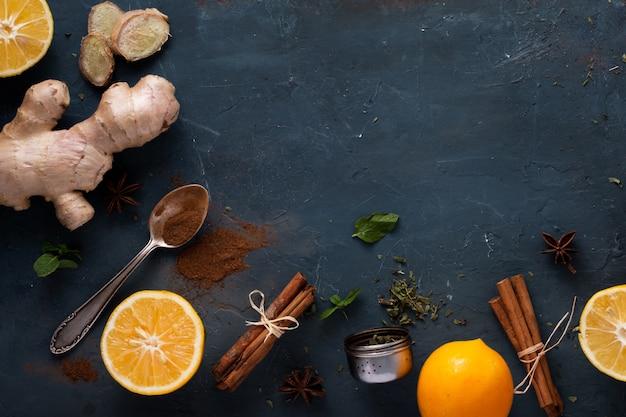 Vista superior de gengibre com paus de canela e laranja