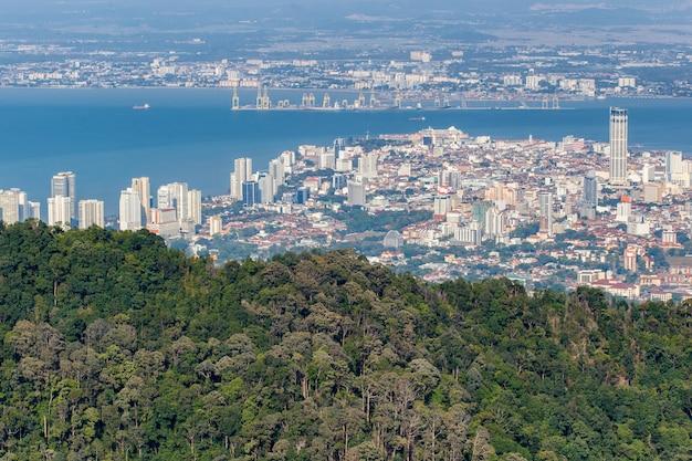 Vista superior de georgetown, capital da ilha de penang, malásia da parte superior do monte de penang.