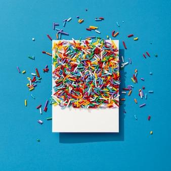 Vista superior de granulado colorido na foto