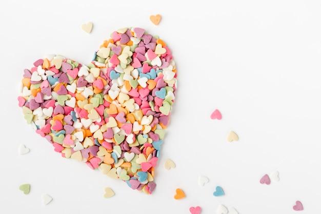 Vista superior de granulado em forma de coração
