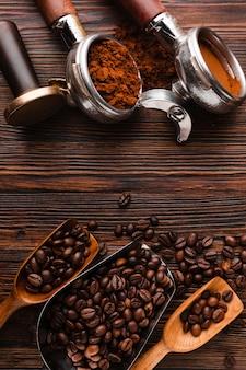 Vista superior de grãos de café com acessórios