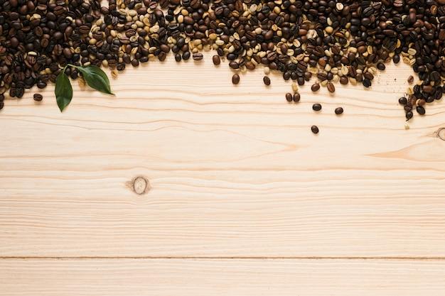 Vista superior de grãos de café com espaço de cópia