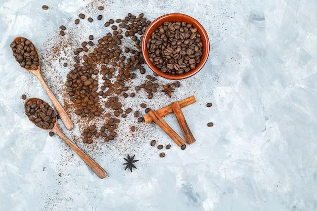 Vista superior de grãos de café e especiarias no fundo do grunge