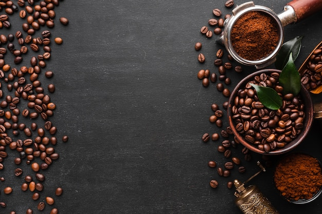 Vista superior de grãos de café torrados com espaço de cópia