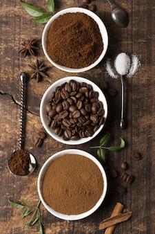 Vista superior de grãos de café torrados e em pó
