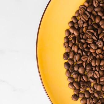 Vista superior de grãos de café torrados
