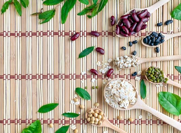 Vista superior de grãos de cinco cores