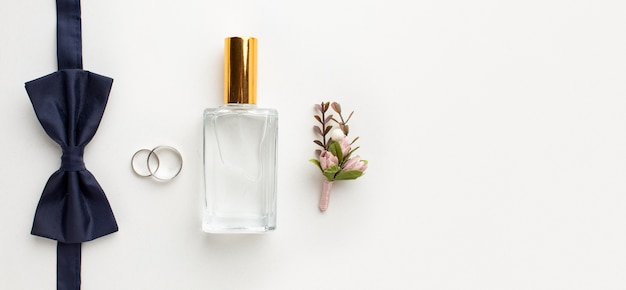 Vista superior de gravata borboleta e conceito de casamento de perfume