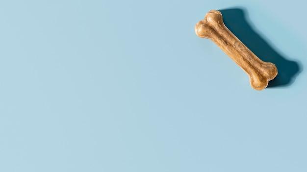 Vista superior de guloseimas para cães em forma de osso