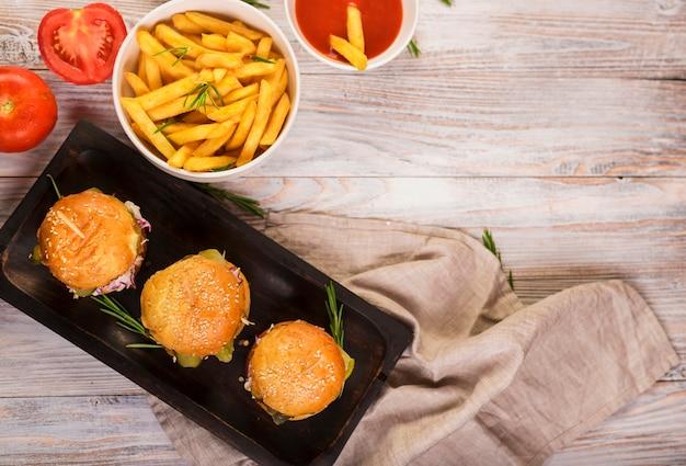 Vista superior de hambúrgueres clássicos com batatas fritas
