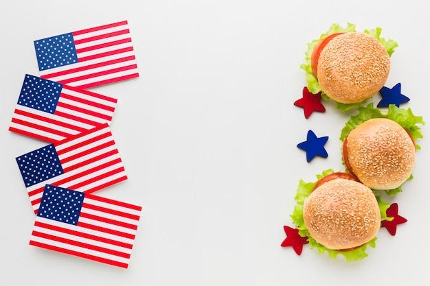 Vista superior de hambúrgueres com bandeiras americanas e estrelas