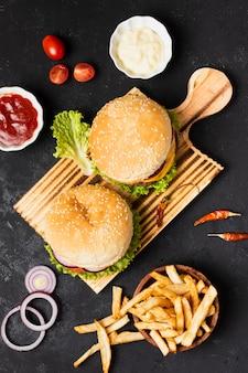 Vista superior de hambúrgueres com batatas fritas