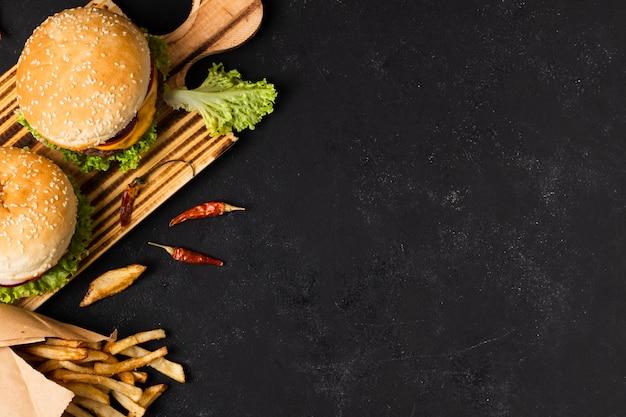 Vista superior de hambúrgueres com espaço de cópia