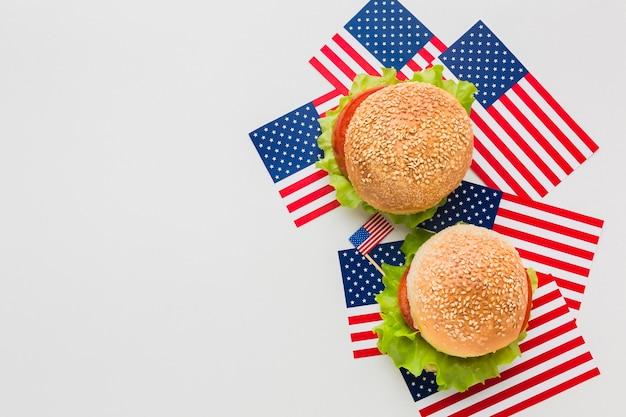 Vista superior de hambúrgueres em cima de bandeiras americanas com espaço de cópia