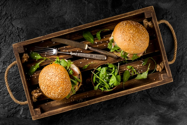 Vista superior de hambúrgueres na cesta