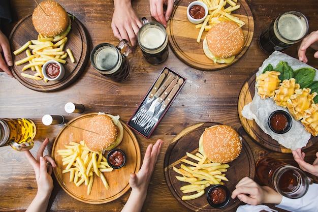 Vista superior de hambúrgueres no restaurante