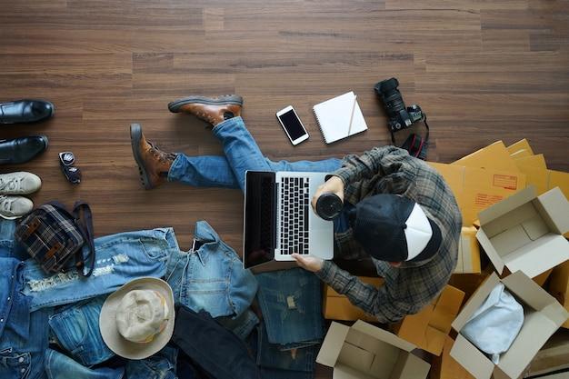 Vista superior, de, homem, copo café, trabalhando, laptop, computador