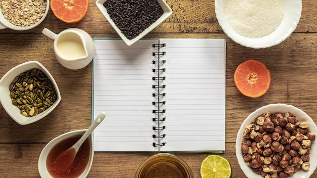 Vista superior de ingredientes alimentares com caderno