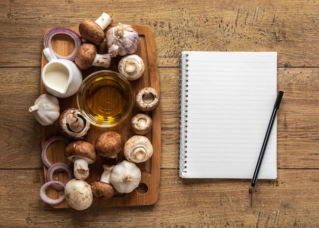 Vista superior de ingredientes alimentares com cogumelos