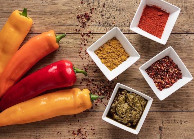 Vista superior de ingredientes alimentares com especiarias