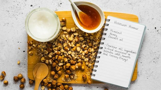 Vista superior de ingredientes alimentares com grão de bico e receita