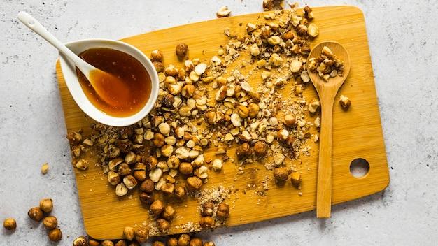 Vista superior de ingredientes alimentares com grão de bico triturado