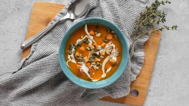 Vista superior de ingredientes alimentares com sopa de vegetais