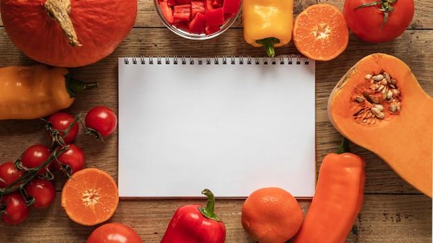 Vista superior de ingredientes alimentares com vegetais de caderno