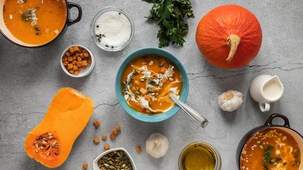 Vista superior de ingredientes alimentares com vegetais e tigela de sopa