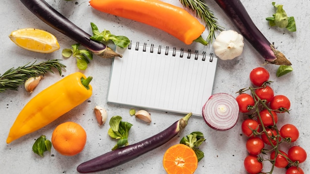 Vista superior de ingredientes alimentares com vegetais frescos