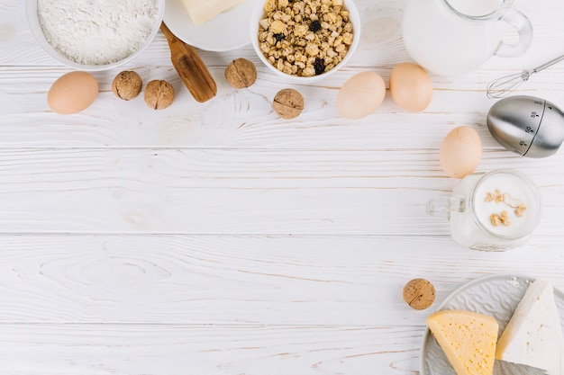 Vista superior de ingredientes alimentares saudáveis e ferramentas na mesa de madeira branca