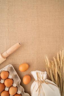 Vista superior de ingredientes e suprimentos com espaço para texto