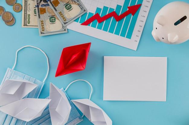 Vista superior de itens de negócios com gráfico de crescimento e cofrinho