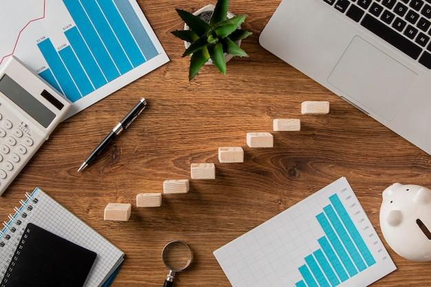 Vista superior de itens de negócios e blocos de madeira em crescimento