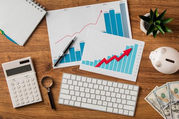 Vista superior de itens de negócios e gráficos de crescimento