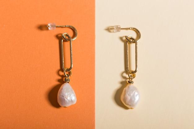 Vista superior de joias e acessórios da moda em fundo de cor brilhante