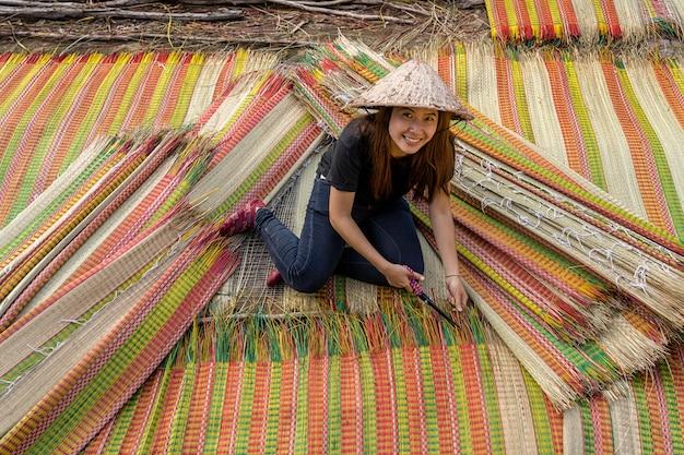 Vista superior, de, jovem, vietnamita, artesão, fazendo, a, tradicional, vietnã, tapetes, com, felicidade