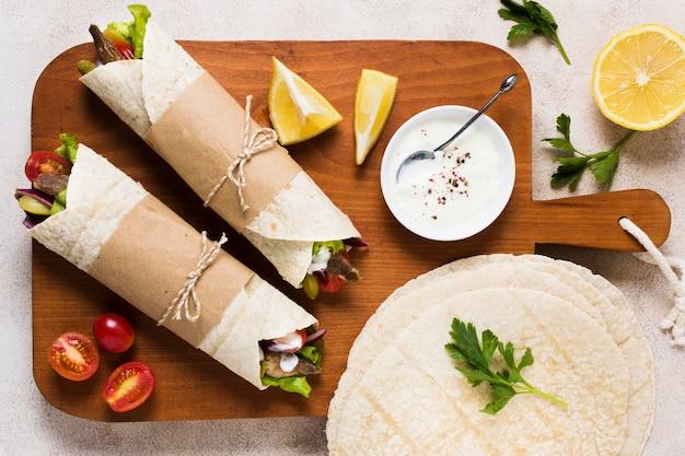 Vista superior de kebab de fast-food árabe delicioso