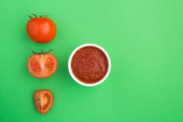Vista superior de ketchup de tomate caseiro e tomate no verde