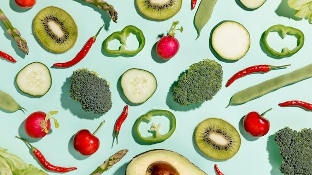 Vista superior de kiwi com brócolis e legumes