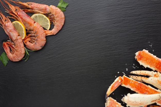 Vista superior de lagostas e camarões com limão