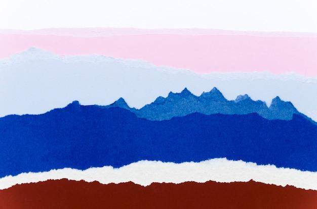 Vista superior de lágrimas de papel colorido