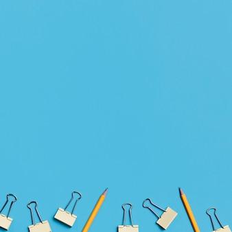 Vista superior de lápis e clipes de papel com espaço para texto
