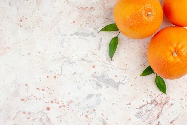 Vista superior de laranjas frescas em superfície brilhante com espaço livre