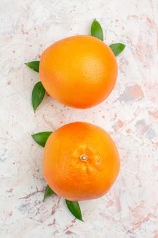 Vista superior de laranjas frescas em superfície isolada brilhante