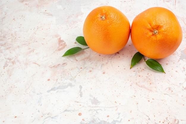 Vista superior de laranjas frescas em uma superfície isolada brilhante com local de cópia